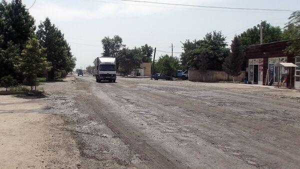 Пыль, поднимающаяся на дороге, когда по ней идут машины, делает жизнь сельчан невозможной - Sputnik Азербайджан
