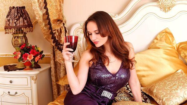 Девушка с бокалом вина, фото из архива - Sputnik Азербайджан