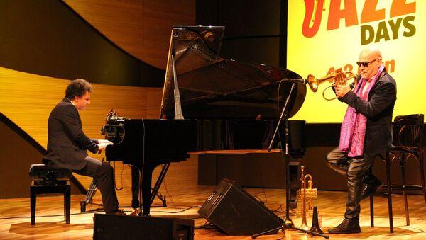 В Международном центре мугама завершился джазовый проект Baku Summer Jazz Days концертом французских музыкантов - пианиста Джеки Террассона и трубача Стефана Бельмондо - Sputnik Азербайджан