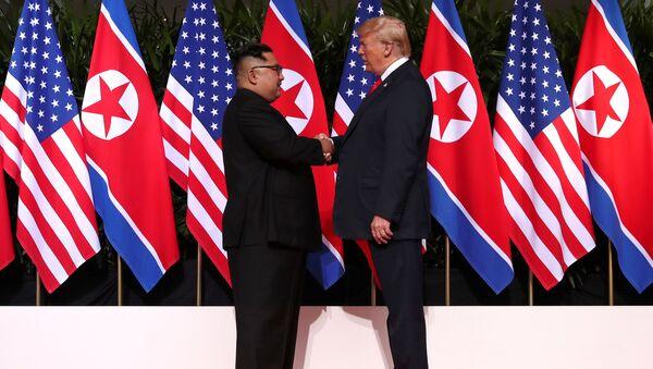 Лидеры США и КНДР Дональд Трамп и Ким Чен Ын - Sputnik Азербайджан