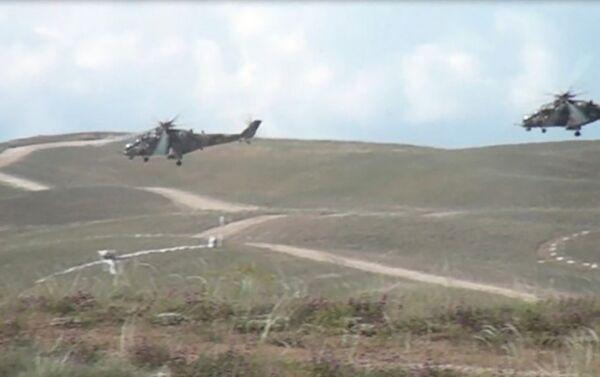Учебные полеты в авиационной воинской части Отдельной общевойсковой армии - Sputnik Азербайджан