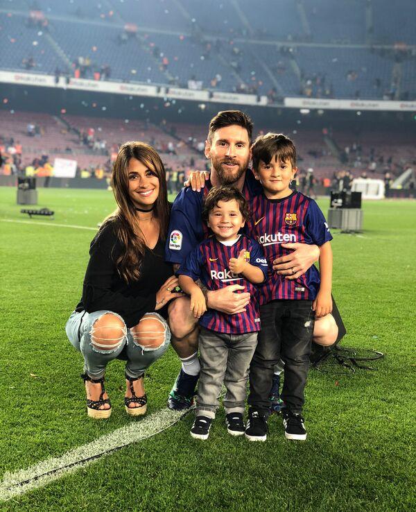 Антонелла Рокуццо - жена лидера аргентинской сборной и Барселоны Лионеля Месси с семьей - Sputnik Азербайджан