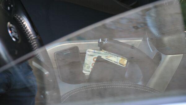 Деньги в салоне автомобиля - Sputnik Азербайджан