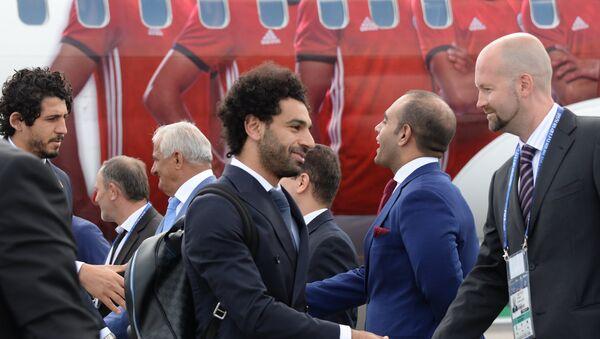 Игрок сборной Египта Мохаммед Салах (в центре), прилетевший для участия в чемпионате мира по футболу FIFA-2018, в аэропорту Северный в Грозном - Sputnik Азербайджан
