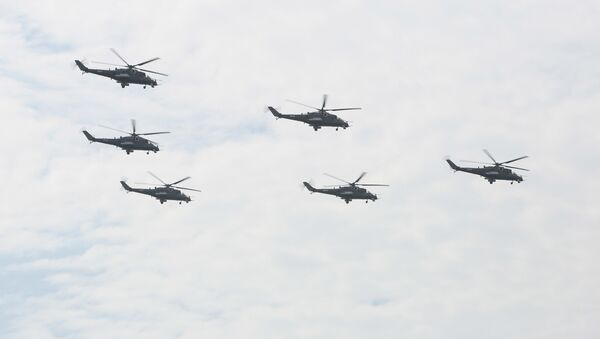 Hərbi paradda helikopterlər, arxiv şəkli - Sputnik Azərbaycan