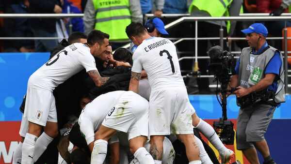 Игроки сборной Уругвая радуются забитому голу в матче группового этапа чемпионата мира по футболу между сборными Египта и Уругвая - Sputnik Азербайджан