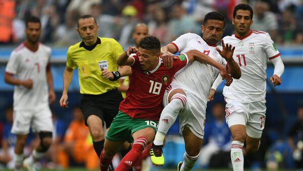 Слева направо: главный судья Джюнейт Чакыр, Амин Арит (Марокко), Омид Эбраими (Иран), Вахид Амири (Иран) в матче группового этапа чемпионата мира по футболу между сборными Марокко и Ирана - Sputnik Азербайджан