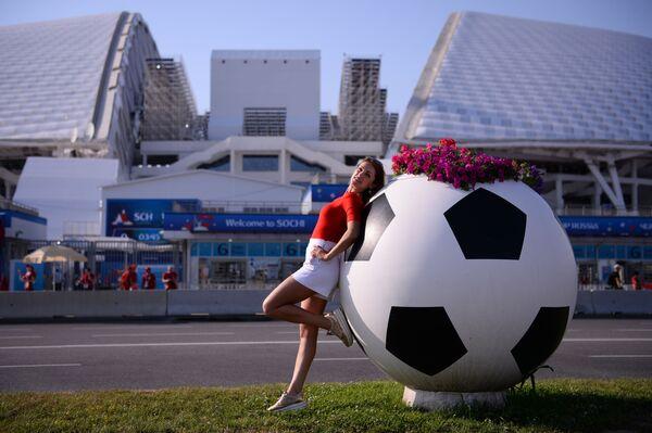 Болельщица у стадиона Фишт в Олимпийском парке перед матчем группового этапа чемпионата мира по футболу между сборными Португалии и Испании - Sputnik Азербайджан
