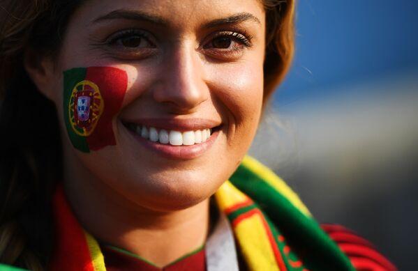 Болельщица сборной Португалии перед матчем группового этапа чемпионата мира по футболу между сборными Португалии и Испании - Sputnik Азербайджан