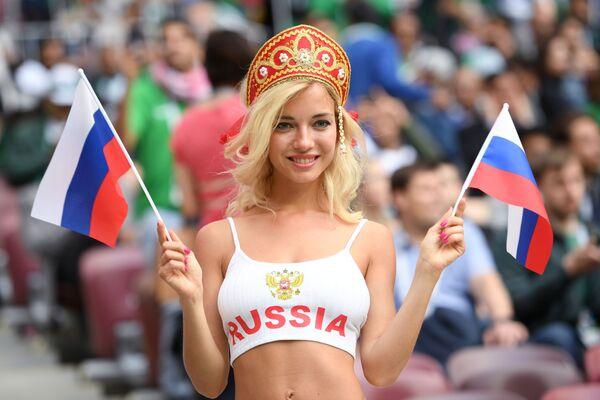 Болельщица сборной России перед матчем группового этапа чемпионата мира по футболу между сборными России и Саудовской Аравии - Sputnik Азербайджан