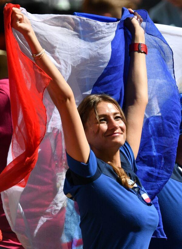 Болельщица сборной Франции во время матча группового этапа чемпионата мира по футболу между сборными Франции и Австралии - Sputnik Азербайджан