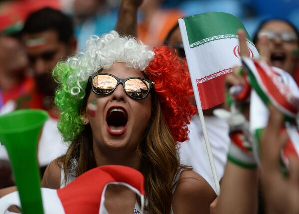 Болельщица сборной Ирана перед началом матча группового этапа чемпионата мира по футболу между сборными Марокко и Ирана - Sputnik Азербайджан