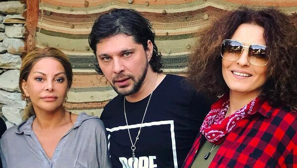 Айгюн Кязымова с популярным российским стилистом и певецом Алишером - Sputnik Азербайджан