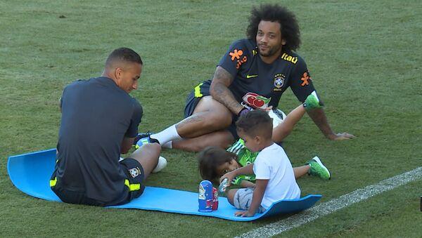 Дети бразильских футболистов играли с матрешками на стадионе в Сочи - Sputnik Азербайджан
