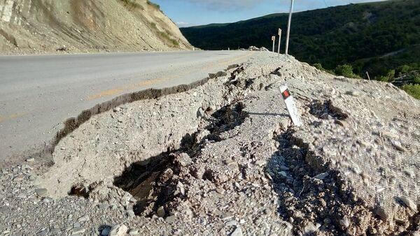 На автомобильной трассе Шамаха-Чухурюрд-Демирчи вновь появились трещины - Sputnik Азербайджан