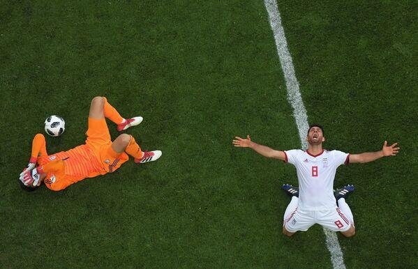 Вратарь Али Бейраванд и Мортеза Пурлиганджи радуются победе в матче группового этапа чемпионата мира по футболу между сборными Марокко и Ирана - Sputnik Азербайджан