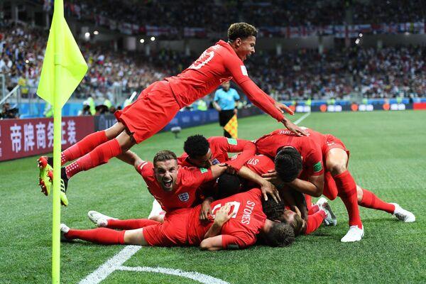 Игроки сборной Англии радуются забитому мячу в матче группового этапа чемпионата мира по футболу между сборными Туниса и Англии - Sputnik Азербайджан
