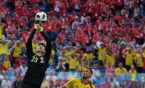 Вратарь Чо Хен У в матче группового этапа чемпионата мира по футболу между сборными Швеции и Республики Корея - Sputnik Азербайджан