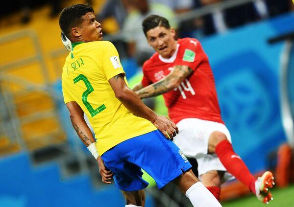 Тиаго Силва и Стивен Цубер в матче группового этапа чемпионата мира по футболу между сборными Бразилии и Швейцарии - Sputnik Азербайджан