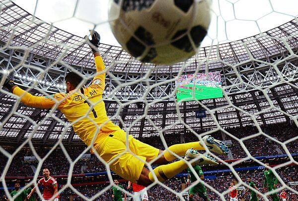 Вратарь сборной Саудовской Аравии Абдаллах Аль-Муаиуф пропускает мяч в матче группового этапа чемпионата мира по футболу между сборными России и Саудовской Аравии - Sputnik Азербайджан