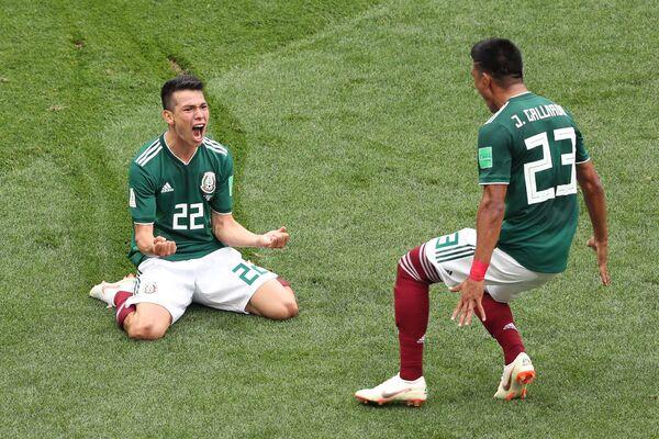 Ирвинг Лосано и Хесус Гальярдо радуются забитому голу в матче группового этапа чемпионата мира по футболу между сборными Германии и Мексики - Sputnik Азербайджан