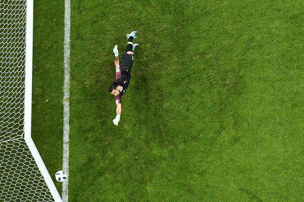 Португальский вратарь Руй Патрисиу пропускает гол в матче группового этапа чемпионата мира по футболу между сборными Португалии и Испании - Sputnik Азербайджан