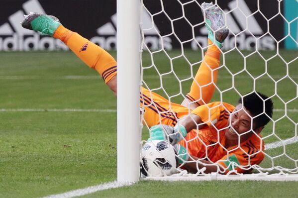 Вратарь Эйдзи Кавасима пропускает гол в ворота в матче группового этапа чемпионата мира по футболу между сборными Колумбии и Японии - Sputnik Азербайджан