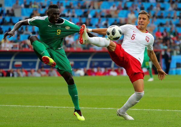 Маме Диуф и Ян Беднарек в матче группового этапа чемпионата мира по футболу между сборными Польши и Сенегала - Sputnik Азербайджан