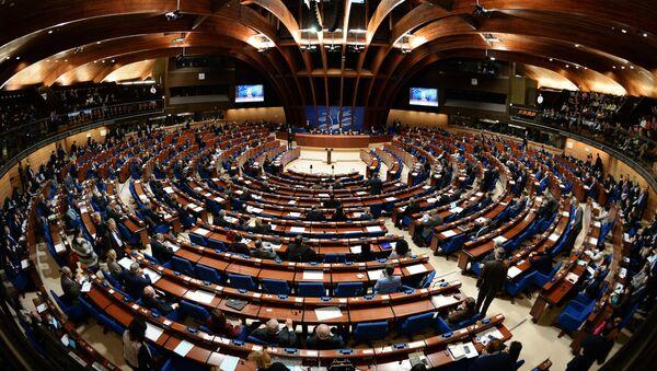 Делегаты в зале на пленарном заседании зимней сессии Парламентской ассамблеи Совета Европы (ПАСЕ) - Sputnik Азербайджан