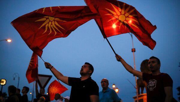 Makedoniya bayraqları tutmuş etirazçılar, Skopye, 2 iyun 2018-ci il - Sputnik Azərbaycan