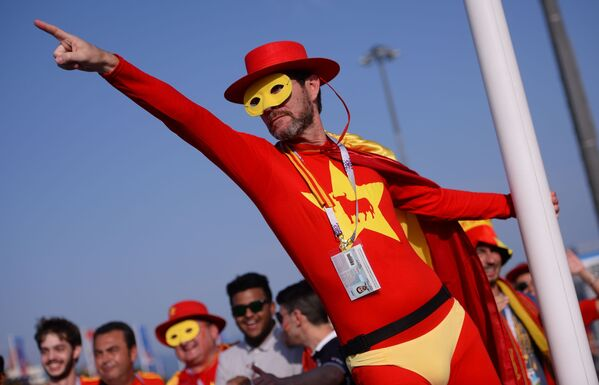Болельщик сборной Испании перед матчем группового этапа чемпионата мира по футболу между сборными Португалии и Испании - Sputnik Азербайджан