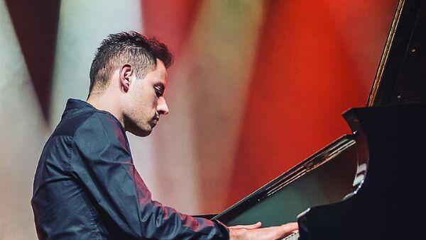 Всемирно известный венгерский музыкант, композитор, более популярный как Самый быстрый пианист в мире Питер Бенс - Sputnik Азербайджан