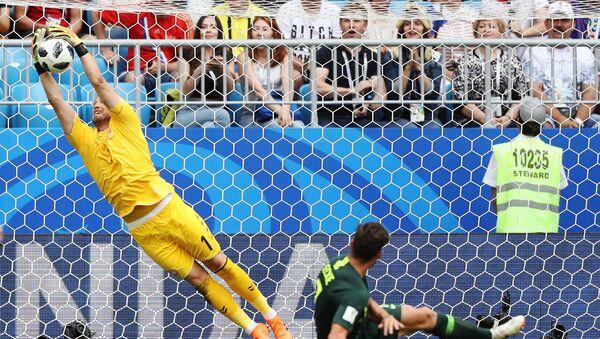 Слева направо: Вратарь Каспер Шмейхель (Дания) и Мэтью Леки (Австралия) в матче группового этапа чемпионата мира по футболу между сборными Дании и Австралии - Sputnik Азербайджан