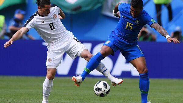 DÇ-2018, Braziliya - Kosta-Rika, Brayan Ovyedo (Kosta-Rika) Paulinyoya (Braziliya) qarşı - Sputnik Azərbaycan