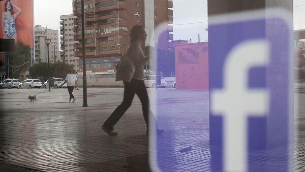 Логотип Facebook отражается на окне магазина, фото из архива - Sputnik Азербайджан