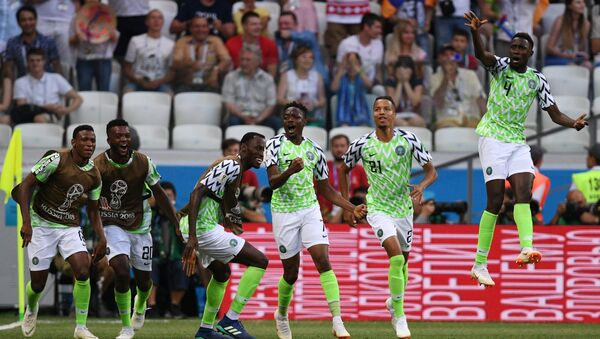 DÇ-2018, Nigeriya-İslandiya oyunu, nigeriyalı futbolçular vurulan qola sevinirlər - Sputnik Azərbaycan