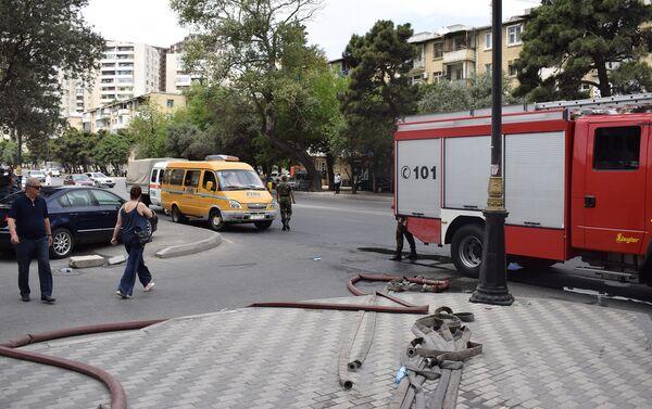 Сотрудники пожарной службы МЧС Азербайджанана на проспекте Гусейна Джавида - Sputnik Азербайджан