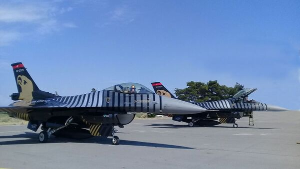 Самолеты F-16, входящие в состав группы Соло-Тюрк Военно-воздушных сил Турции - Sputnik Азербайджан