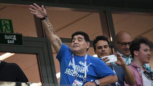 Dieqo Maradona Argentina və Xorvatiya yığmaları arasındakı oyuna baxarkən - Sputnik Azərbaycan