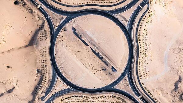 Снимок занесенных песком дорог в Арабских Эмиратах, сделанный фотографом Irenaeus Herok - Sputnik Азербайджан