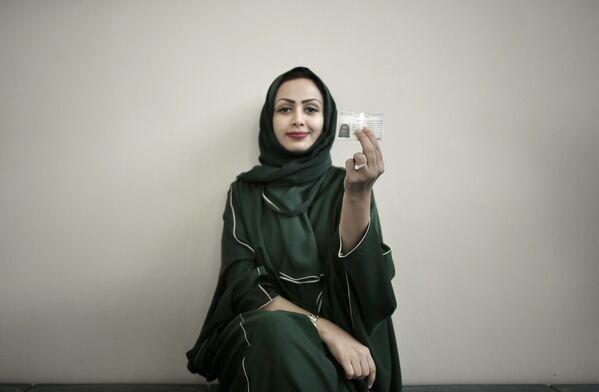 Женщина держит лицензию на свой новый автомобиль, Саудовская Аравия - Sputnik Азербайджан