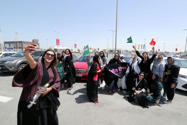 Женщины Бахрейна и Саудовской Аравии делают селфи рядом со своими автомобилями - Sputnik Азербайджан