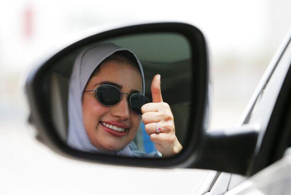 Отражение девушки в зеркале автомобиля, Саудовская Аравия - Sputnik Азербайджан