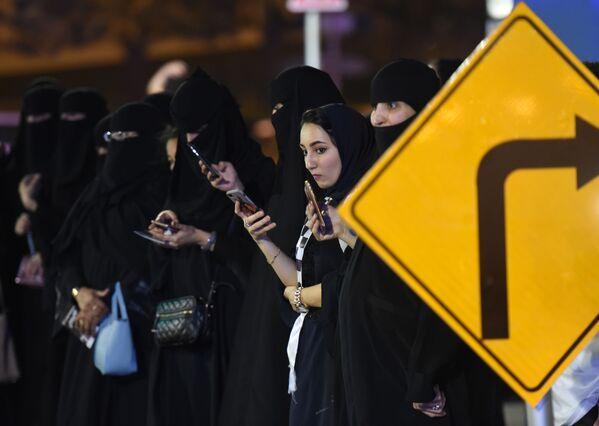 Саудовские женщины на тест-драйве картинга в Эр-Рияде - Sputnik Азербайджан