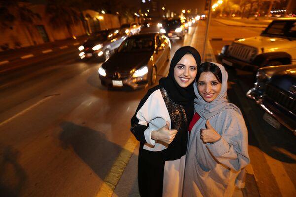 Саудовские женщины празднуют свою поездку на автомобиле в городе Эль-Хубар - Sputnik Азербайджан