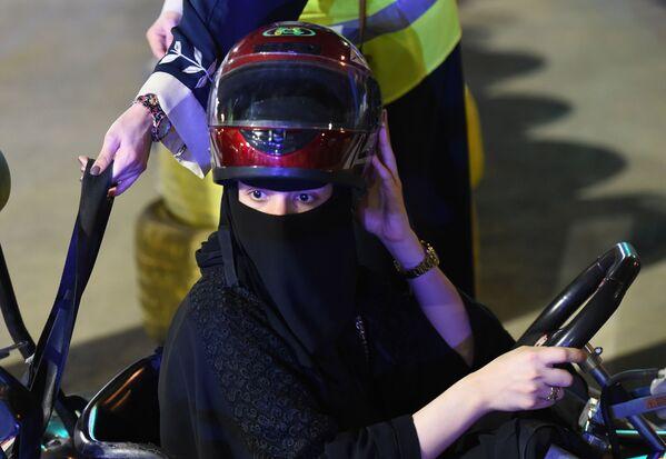 Саудовская женщина во время картинга для женщин в Эр-Рияде - Sputnik Азербайджан