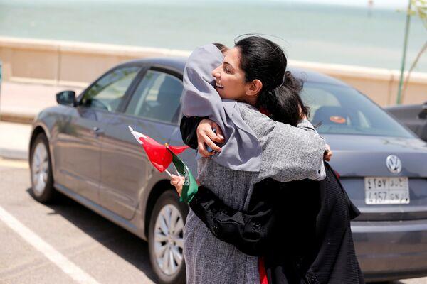 Женщины поздравляют друг друга со снятием запрета на вождение автомобилей женщинами в Саудовской Аравии - Sputnik Азербайджан
