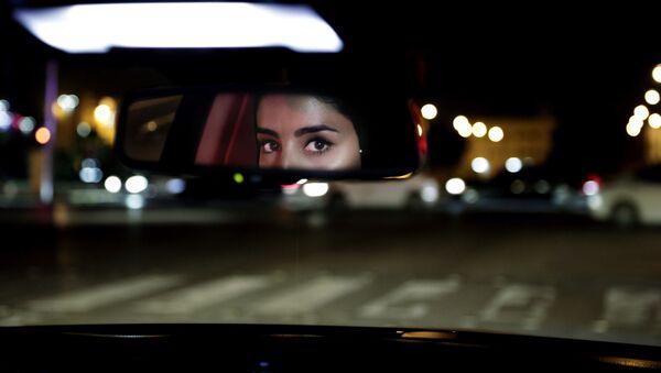 Женщина за рулем автомобиля в Эр-Рияде, Саудовская Аравия - Sputnik Азербайджан