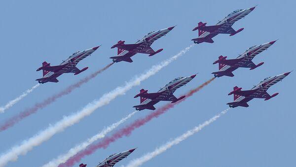 Авиашоу самолетов F-16 и F-5 пилотажной группы SOLOTÜRK и Türk Yıldızları ВВС Турции - Sputnik Азербайджан