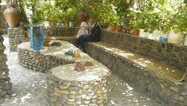 Азербайджанец создает каменную красоту у себя в саду - Sputnik Азербайджан